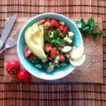 Avocado Salat mit Tomaten und Gurken