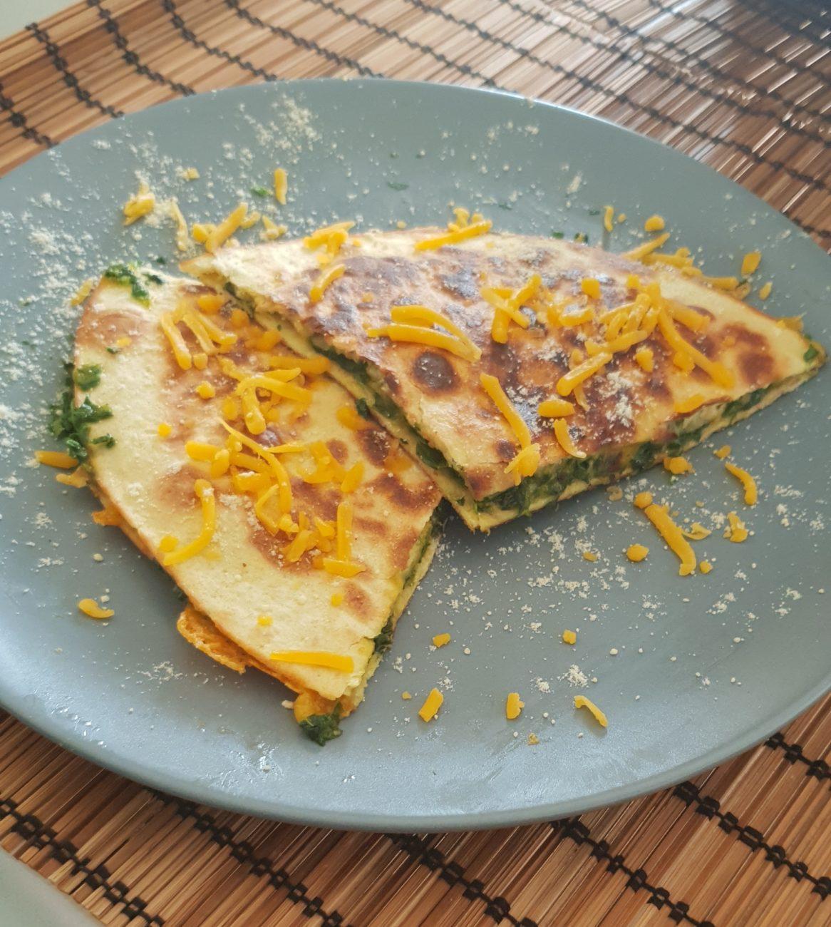 Quesadilla mit Spinat und Cheddar